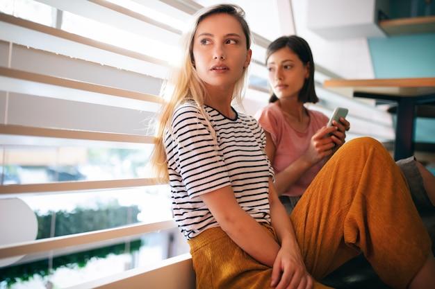 Portrait de deux belles amies jolies jeunes femmes