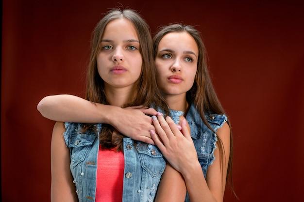 Portrait de deux belles jeunes femmes jumelles