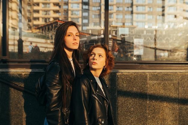 Portrait de deux copines élégantes dans des vêtements décontractés