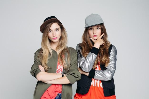 Portrait de deux copines hipster filles