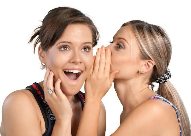 Portrait de deux copines , sœurs commérages