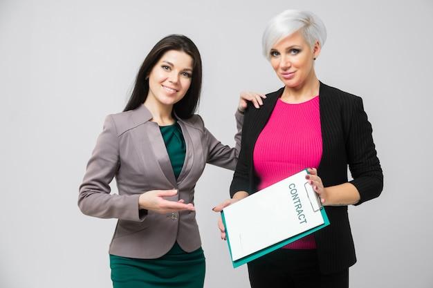 Portrait de deux dames avec contrat en main