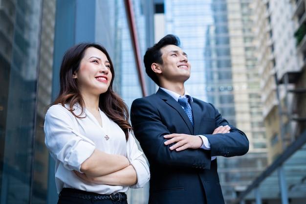 Portrait de deux entrepreneurs avec une expression confiante