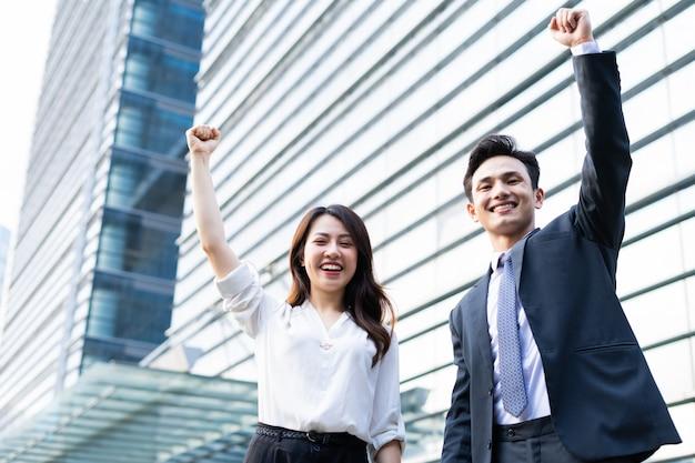 Portrait de deux entrepreneurs avec expression de victoire