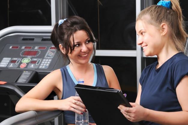 Portrait de deux femmes adorables après un exercice physique au gymnase