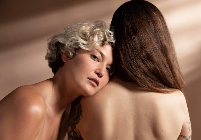 Portrait de deux femmes torse nu posant sensuellement