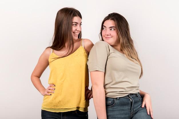 Portrait de deux filles sur fond blanc