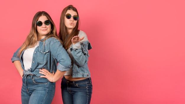Portrait de deux filles sur fond rouge