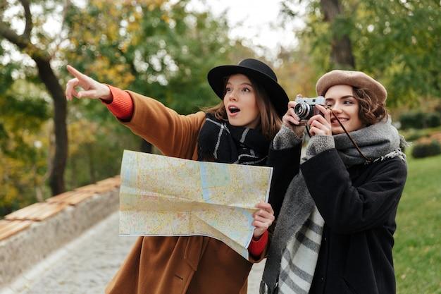 Portrait de deux filles heureuses vêtues de vêtements d'automne
