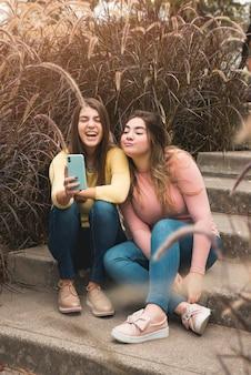 Portrait de deux filles en milieu urbain s'amuser