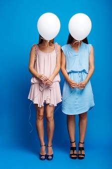 Portrait, deux, filles, reposer, fête, bleu, mur