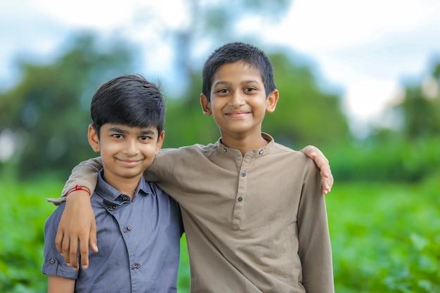 Portrait de deux garçons indiens
