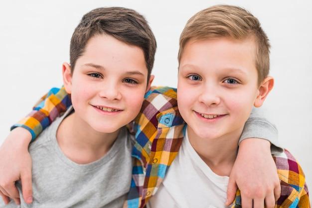 Portrait de deux garçons à la maison