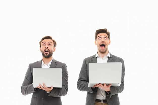 Portrait de deux hommes d'affaires excités