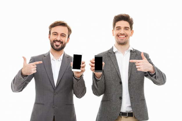 Portrait de deux hommes d'affaires heureux