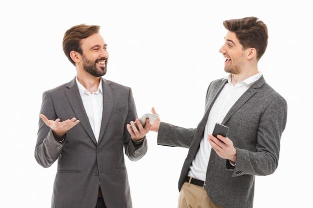 Portrait de deux hommes d'affaires satisfaits