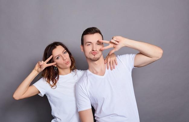 Portrait de deux jeunes couples attrayants