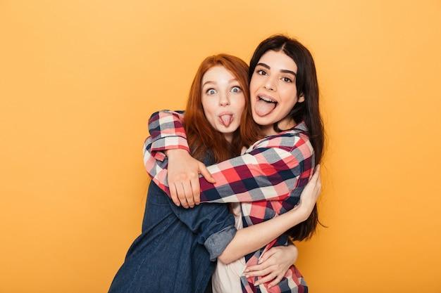 Portrait de deux jeunes femmes drôles étreignant