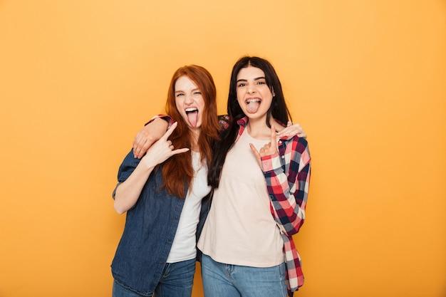 Portrait de deux jeunes femmes drôles