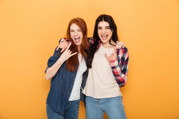 Portrait de deux jeunes femmes gaies