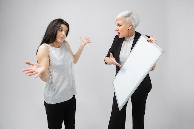 Portrait de deux jeunes femmes avec tableau blanc