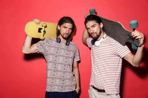 Portrait de deux jeunes frères jumeaux attrayants isolés