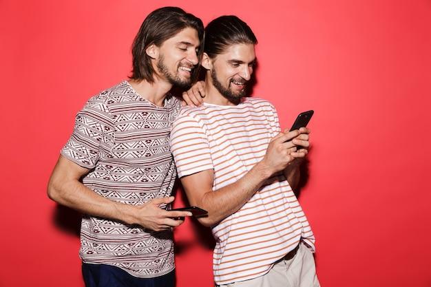 Portrait de deux jeunes frères jumeaux souriants