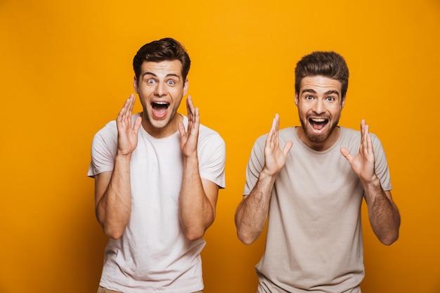 Portrait de deux jeunes hommes heureux meilleurs amis hurlant