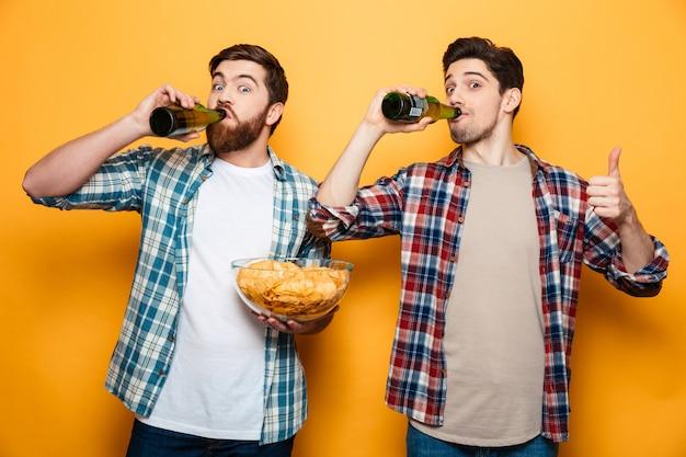 Portrait de deux jeunes hommes heureux