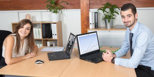 Portrait de deux jeunes occupés travaillant dans un centre d'appels