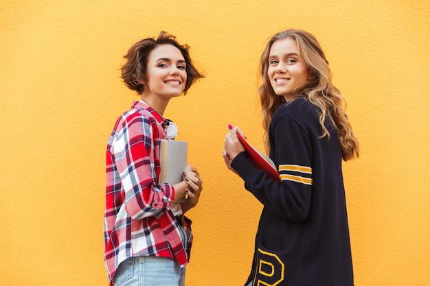 Portrait de deux jolie adolescente avec des livres