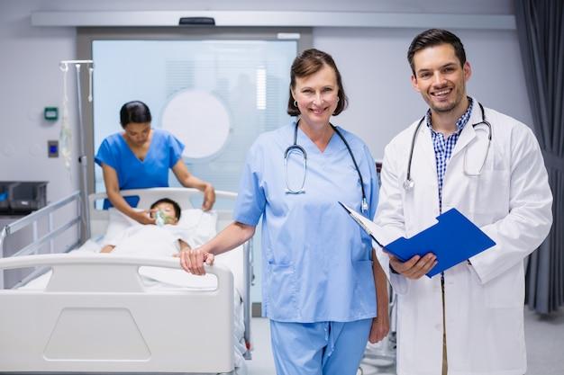 Portrait de deux médecins debout avec rapport médical