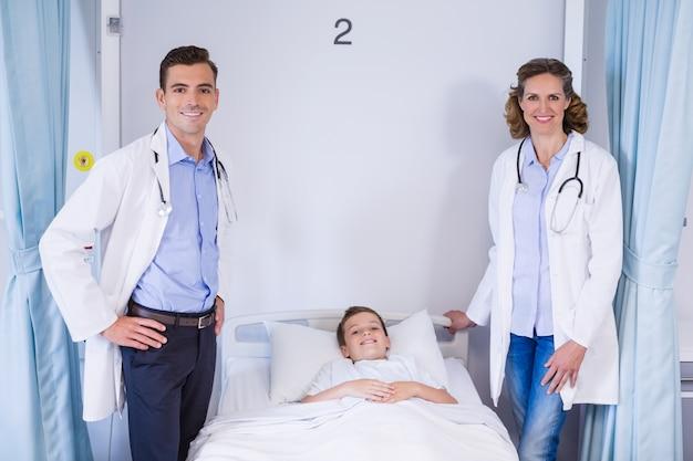 Portrait de deux médecins et patient garçon