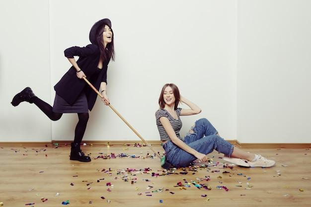 Portrait de deux meilleures amies hipster femmes