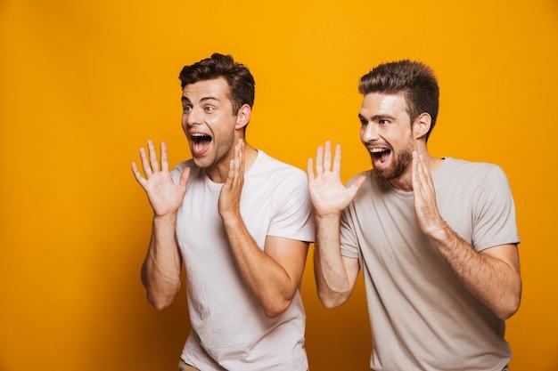 Portrait de deux meilleurs amis de jeunes hommes heureux