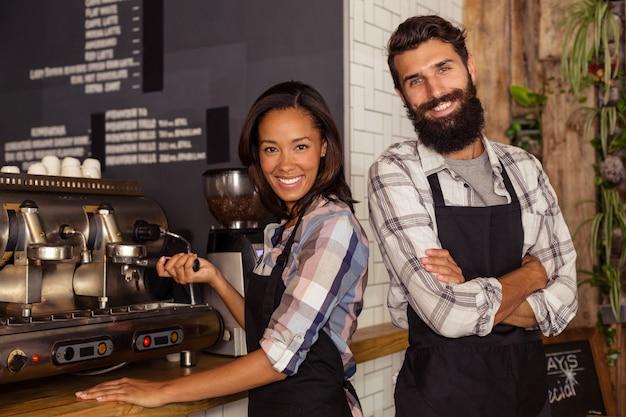 Portrait de deux serveurs avec une machine à café