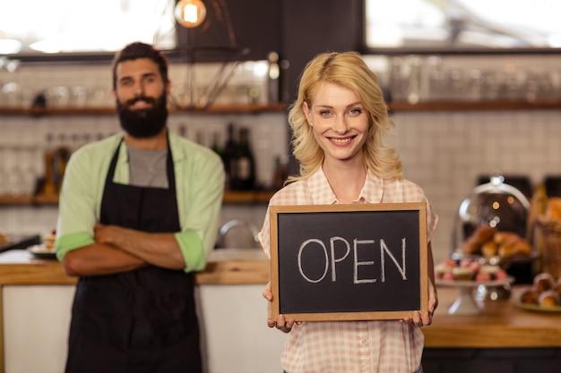 Portrait, deux, serveurs, tenue, planche, écrit, ouvert