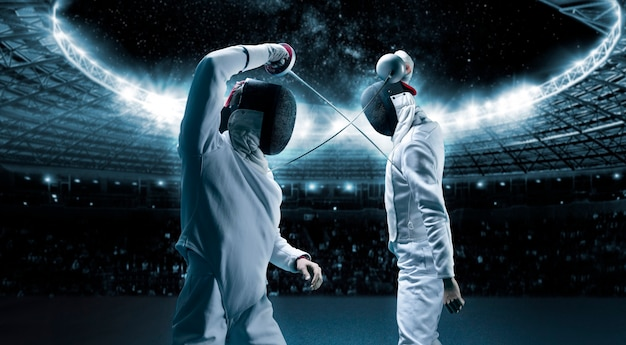 Portrait de deux tireurs dans le contexte d'une arène sportive