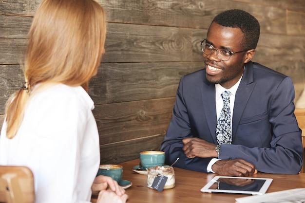 Portrait de deux travailleurs d'entreprise de races différentes