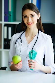 Portrait de la diététicienne chanceuse dans la salle lumineuse.