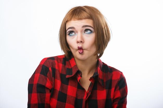 Portrait avec différentes émotions heureuses. lady fait un signe drôle avec les lèvres.