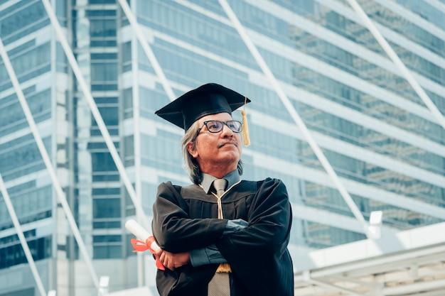 Portrait, de, diplômé, femme, porter, graduation, chapeau, et, robe