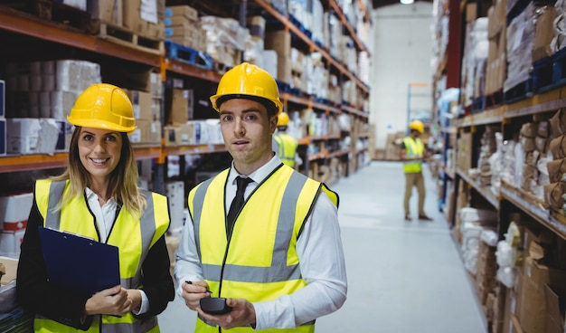 Portrait de directeurs d'entrepôt en regardant la caméra