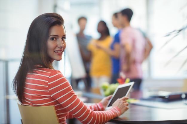 Portrait de dirigeant d'entreprise en utilisant tablette numérique