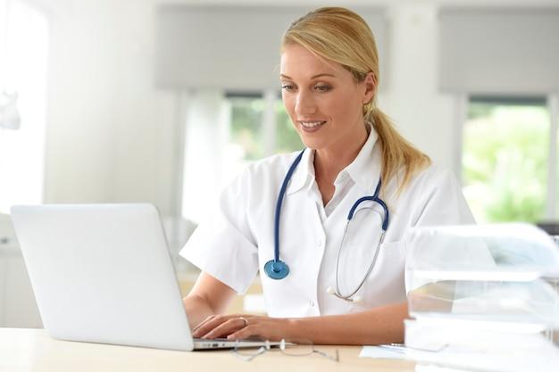 Portrait, docteur, bureau, ordinateur portable