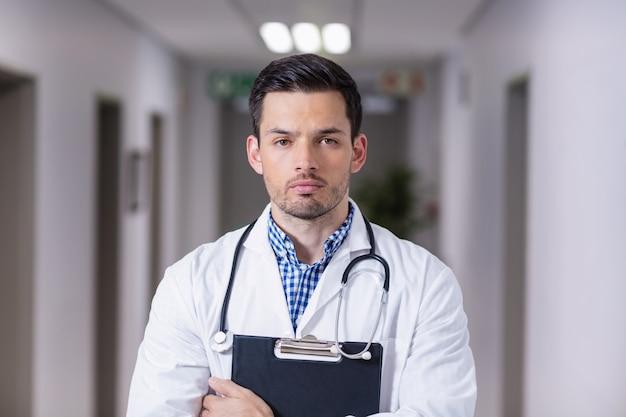 Portrait, docteur, debout, presse-papiers