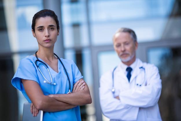 Portrait, docteur, infirmière, debout, bras, traversé
