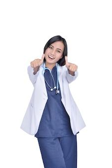 Portrait d'un docteur en médecine asiatique avec stéthoscope, donnant le geste du pouce levé