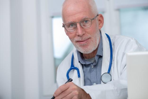 Portrait de docteur en médecine avec stéthoscope