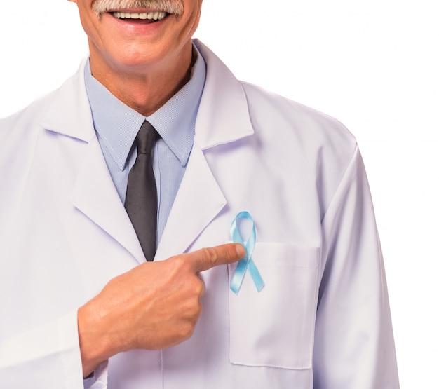 Portrait d'un docteur avec un ruban bleu.